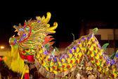 Acrobatas estão realizando uma dança do leão e do dragão — Fotografia Stock