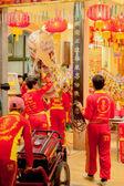 Acróbatas realizan una danza del león y dragón — Foto de Stock