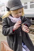 Girl at the train station — Stockfoto
