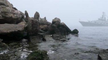 корабль приходит из тумана — Стоковое видео