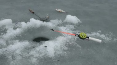 Ice-hole for fishing on the ice of the river in winter — Vídeo de stock