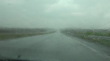 Heavy rain hitting car's windshield — Stock Video