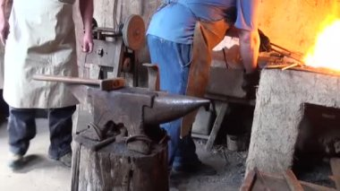 Blacksmith is hammering red-hot piece of iron — Vídeo de Stock