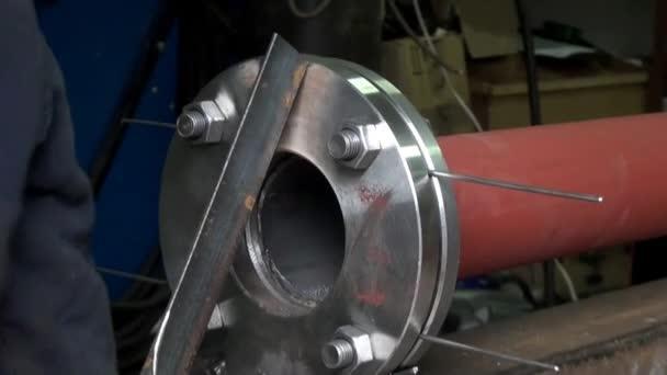 Tornillos de brida fontanería tubo metálico — Vídeo de stock