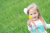 Little girl in Grassy Field. — Stockfoto