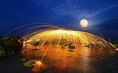 Masterizzazione di lana d'acciaio di fuochi d'artificio sulla spiaggia — Foto Stock