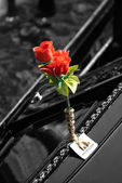 Gondola Boat and red roses in Venice — ストック写真