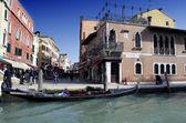 Edifícios de grande canal de veneza e barco de gôndola — Fotografia Stock
