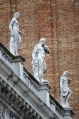 каменные статуи на площади святого марка в венеции — Стоковое фото