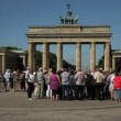 Tourists visiting Brandenburg Gate in Berlin — Stok Video #39783105