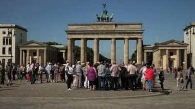 Tourists visiting Brandenburg Gate in Berlin — Stock Video