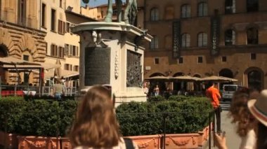 Equestrian statue of Ferdinando I over a blue sky in the Piazza della Signoria — Stock Video