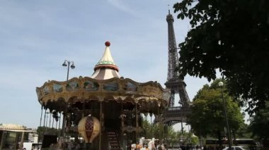 A carousel in Paris in front of the Eiffel tower — Stock Video