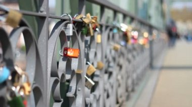 Love locks on bridge in Frankfurt — Stock Video