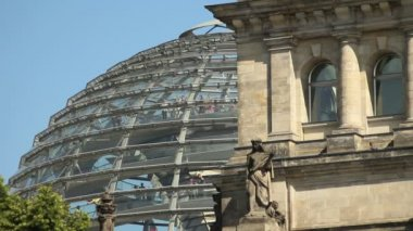 Tourists in glass dome on Reichstag German Parliament — Stock Video
