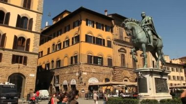 Statue of Cosimo de Medici at Piazza della Signoria — Stock Video