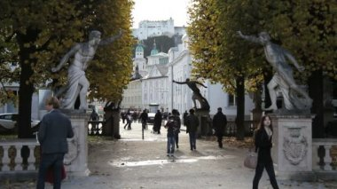 Tourists walk along the alleys of the park in Mirabell Palace, Salzburg — Stock Video