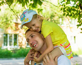 Dad with his daughter during the summer stroll — Stock Photo