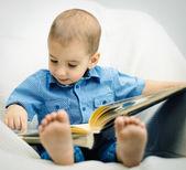 Garotinho está aprendendo a ler — Fotografia Stock