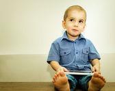 Menino com computador tablet nas mãos de — Fotografia Stock