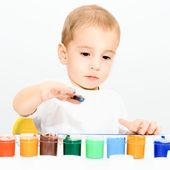 Niño dibuja los dedos con la pintura — Foto de Stock