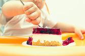 ребенок, едящий пирог — Стоковое фото