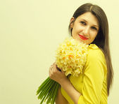 Beautiful girl with a bouquet of flowers — ストック写真