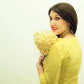 Beautiful girl with a bouquet of flowers — 图库照片