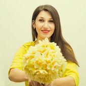 Piękna dziewczyna z bukietem kwiatów — Zdjęcie stockowe