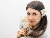 Bir buket çiçek ile güzel kız — Stok fotoğraf