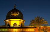 Minarete de noche bajo la luna — Foto de Stock