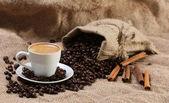 Tasse Zimt Kaffee Kaffeebohnen — Stockfoto