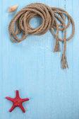 Estrela do mar corda sobre fundo azul — Fotografia Stock