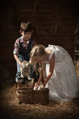 Barn gå kattungar i korg — Stockfoto