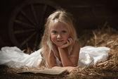 Bir kitap saman ile kız — Stok fotoğraf