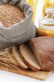 Pane, sacchetto con grano e maccheroni nel contenitore — Foto Stock