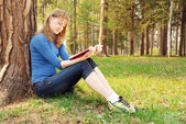 Young girl reads the book — Stock Photo