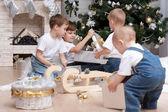 Дети с рождественских подарков — Стоковое фото