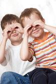 братья сделать очки с руками — Стоковое фото