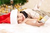Мальчик с подарками — Стоковое фото