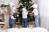 Enfants décorent le sapin de Noël — Photo