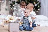 çocuklar noel ağacı altında — Stok fotoğraf