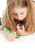 Little girl draws — Stockfoto