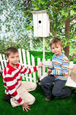 Boys make a birdhouse for birds — Stock fotografie