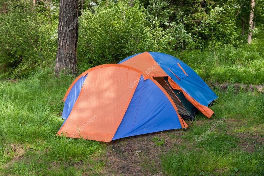 在一片森林中的空地上的帐篷– 图库图片