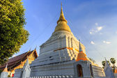 Golden pagoda in Thai temple — Stockfoto