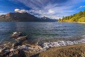 Beautiful lake wakatipu against blue sky — Stock Photo