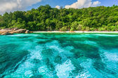 Crystal clear water of tropical island — Stock Photo