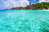 Beautiful beach and crystal clear sea sea at tropical island — Stock Photo