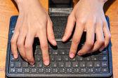 Kobiece palce wpisując na klawiaturze — Zdjęcie stockowe